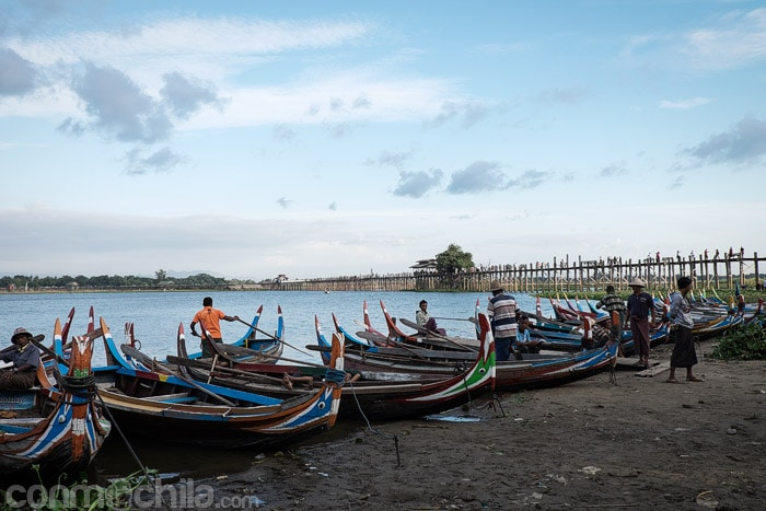 Los barqueros en la orilla del lago