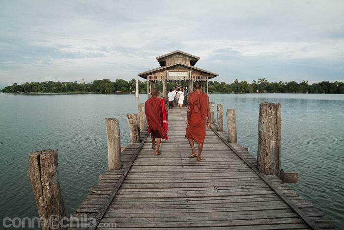 Monjes en el puente de U Bein