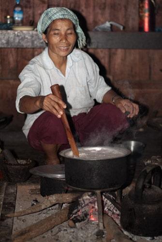Mujer preparando la cena