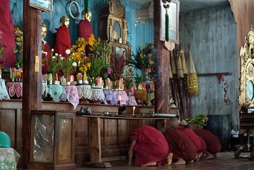 Los monjes novicios rezando
