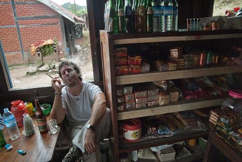 Y otros fuman tabaco birmano hecho a mano