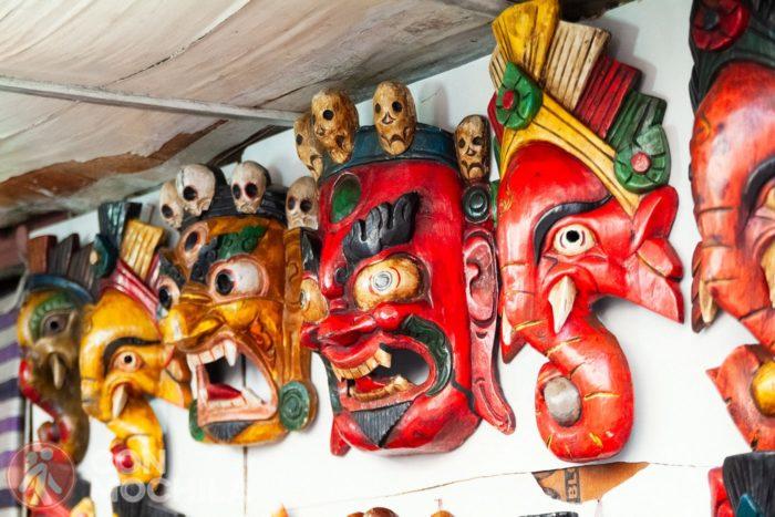 Y unas coloridas máscaras de madera