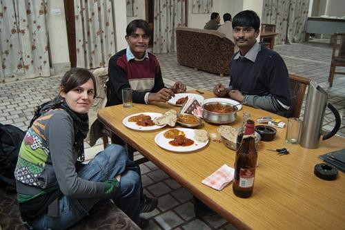 En la cena con Hussein y Raju
