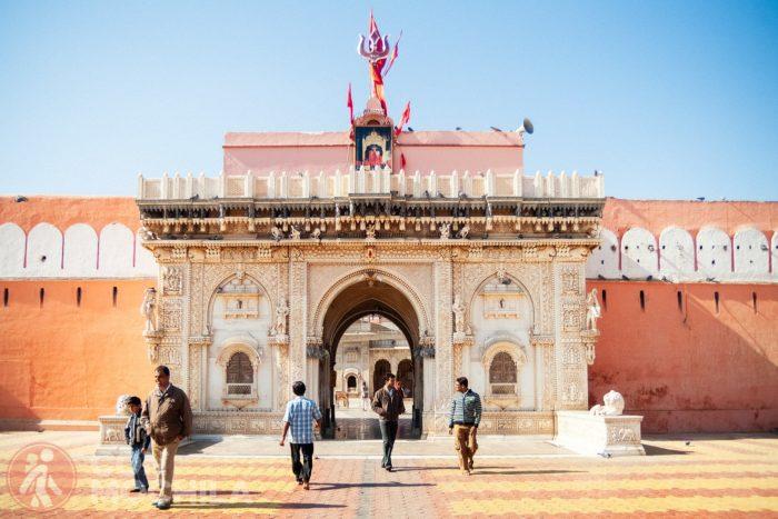 La bonita entrada al templo de las ratas de Karni Mata