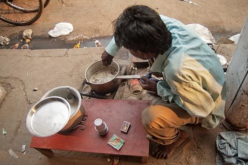 Haciendo masala chai en Old Delhi