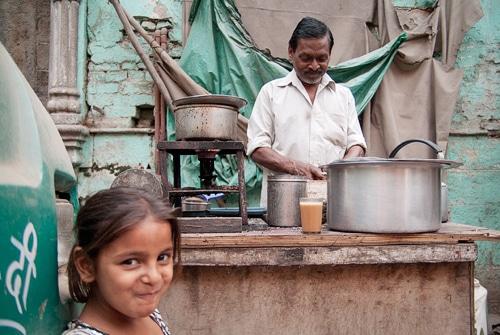 Haciendo chai en Paharganj, tras la mirada pícara de esta niña