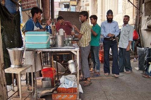 Vendedor de chai cerca del fuerte rojo de Delhi
