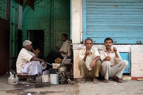 Disfrutando del masala chai en Old Delhi