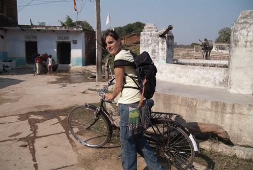 En bici entrando en la parte antigua de Khajuraho