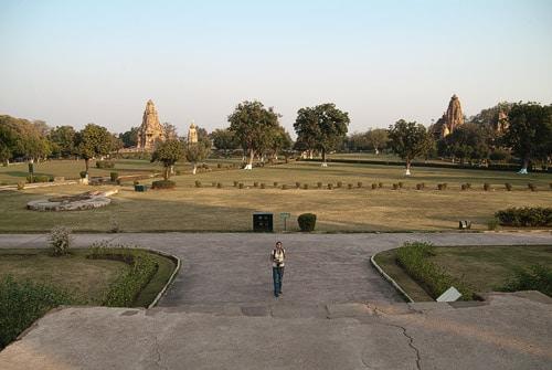 Panorámica de los templos de Khajuraho con sus jardines
