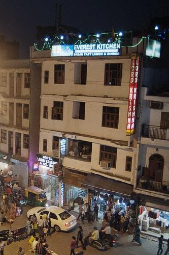 El restaurante está situado en la azotea del hotel Lord Krishna