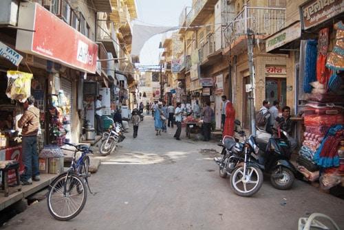 Las estrechas calles llenas de tiendas