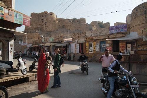 El palacio del Fuerte de Jaisalmer en lo más alto