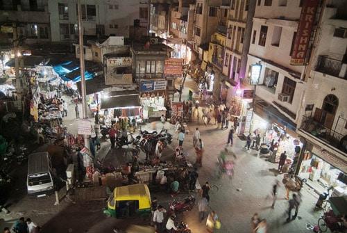 La plaza con el hotel Lord Krishna a la derecha