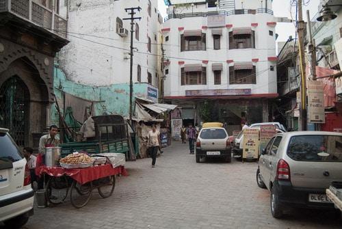 La pequeña plaza con los puestos callejeros
