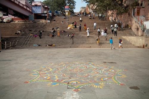 Las escalinatas algunos de los sadhus