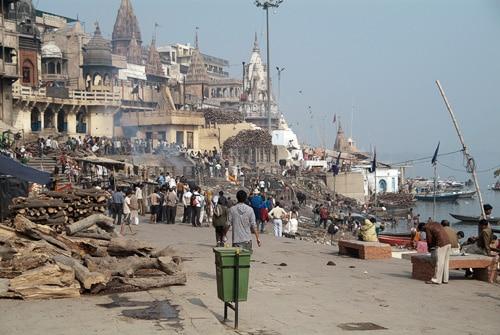 Cremaciones en Manikarnika ghat desde la distancia