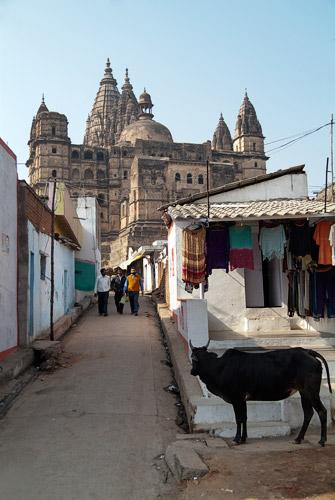 Uno de los palacios visto desde el pueblo