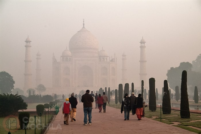 Vista del Taj Mahal con los minaretes