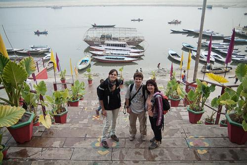 Con Dilek, Jaume y el Ganges de fondo