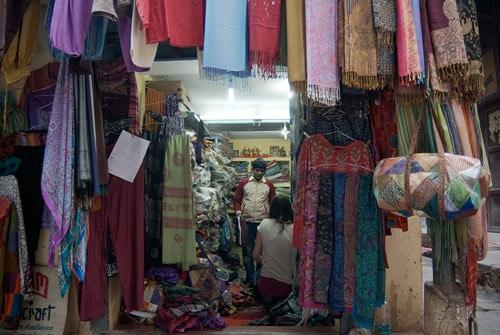 En la tienda de Vijay comprando la ropa de nochevieja