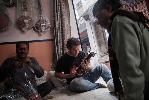 Toni en la tienda de sittars de Varanasi