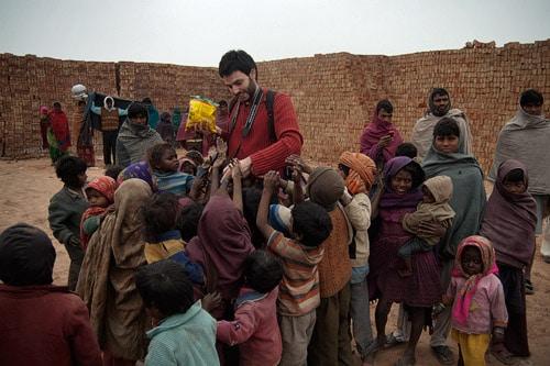 Nuestro nuevo amigo Carlos repartiendo caramelos a los niños