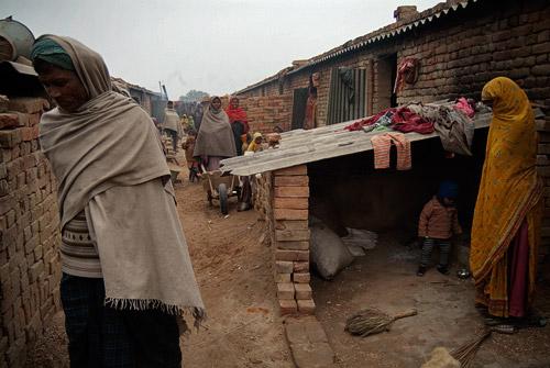 Interior del slum donde vive la gente en los hornos