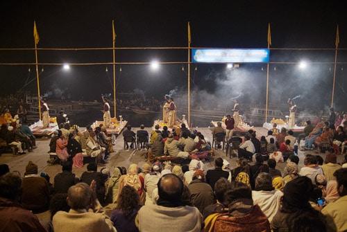Panorámica de la ceremonia con el Ganges de fondo