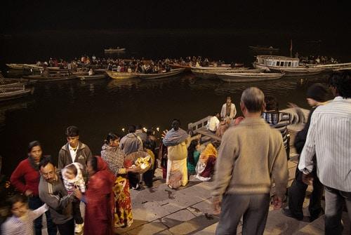 Los espectadores de las barcas en el Ganges