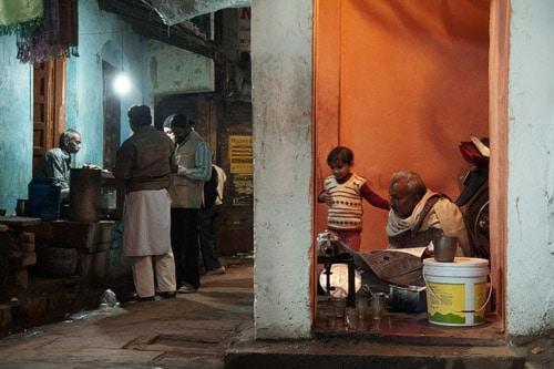 Vida en la noche de Varanasi