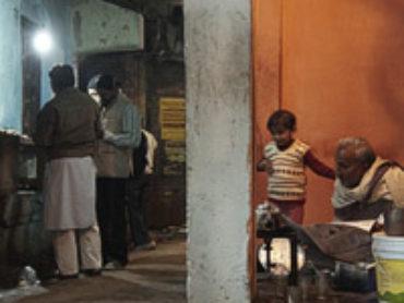 Paseo fotográfico nocturno por la calle Ganga Mahal, en Varanasi