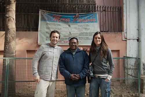 Una foto junto con Anil a la puerta de Mera Parivar