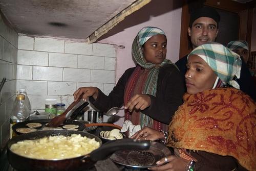 Las futuras cocineras bajo la surpervisión de Guillermo