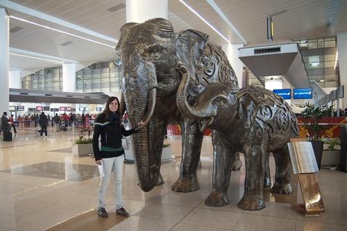 En el aeropuerto Indira Ganhi con... nuestra señal de futuro viaje??