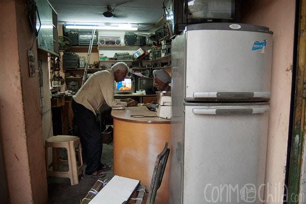 Señor que arregla pequeños electrodomésticos