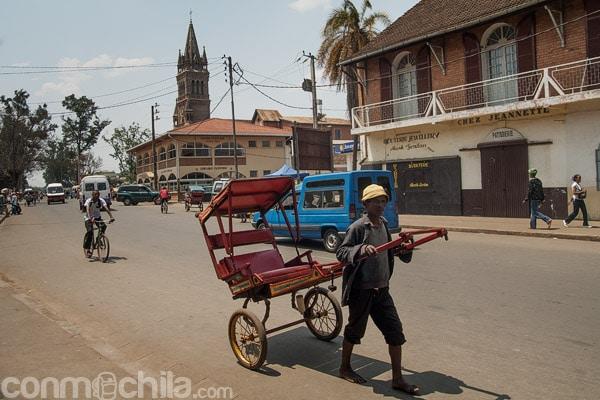 Una calle de Antsirabe con la catedral de fondo