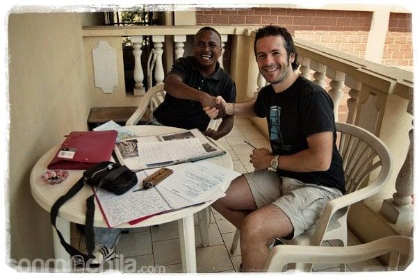 Leonard y Toni sellando el acuerdo del tour por el Tsiribihina y el Tsingy