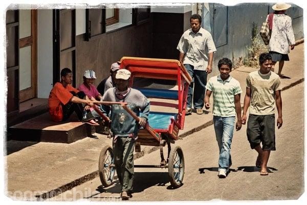 Las calles de Antsirabe con el omnipresente pousse-pousse