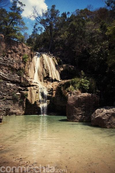 Vista general de la cascada Anosiampela
