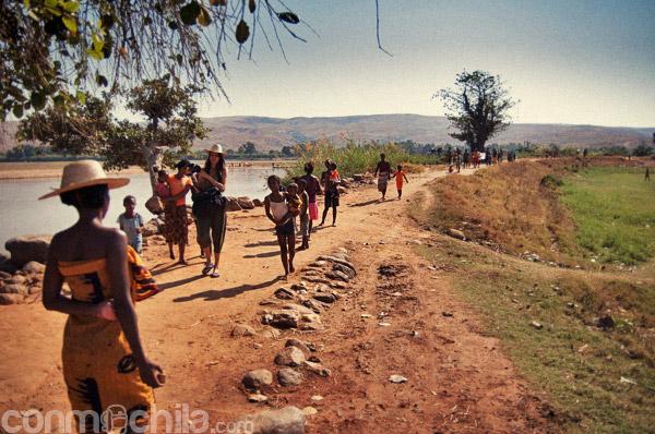 """La """"fiesta"""" de la llegada al río Tsiribihina"""