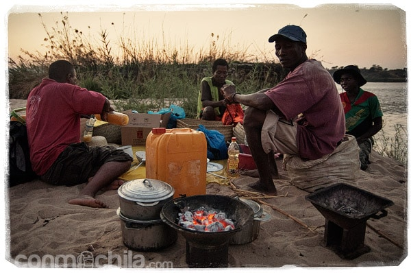 Leonard preparando la cena con sus compañeros