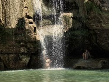 Cap. 07 – Tour Tsiribihina – Tsingy (II): Cascadas, cocodrilo y un largo río