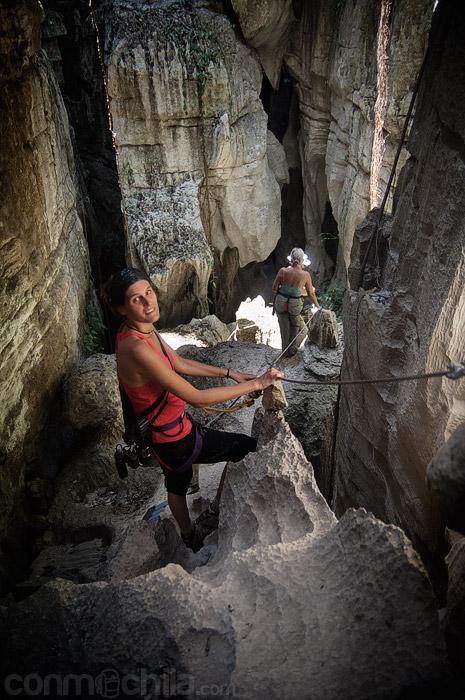 Bajando entre las rocas