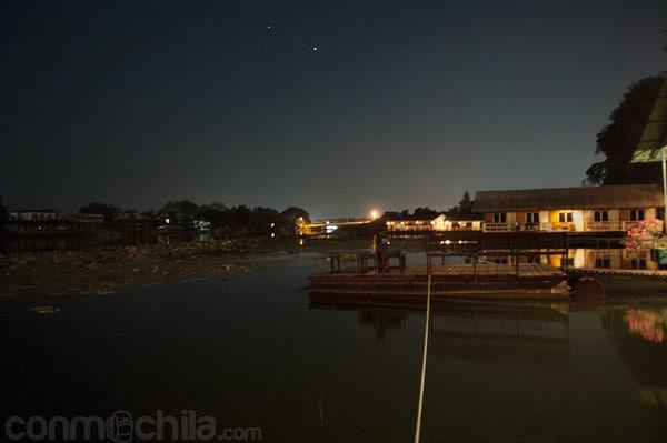 El río Khwae de noche desde la gesthouse