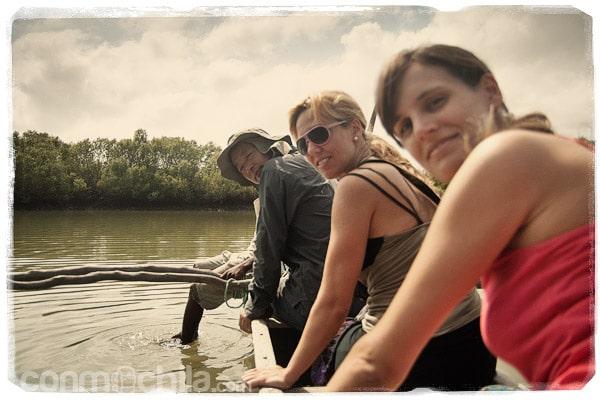 Con Boby y Selva mientras navegábamos por el manglar