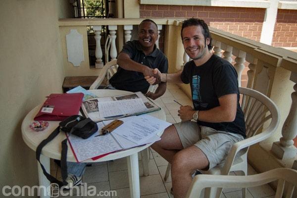 Firmando el contrato de nuestro tour con Leonard