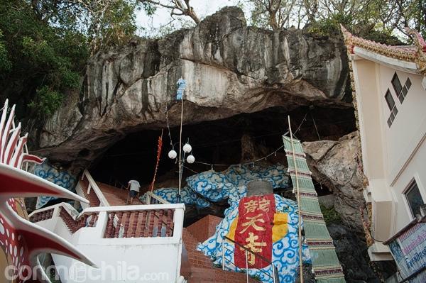 Entrada a la cueva en forma de boca