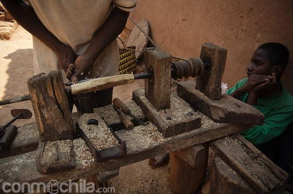 Artesano torneando la madera