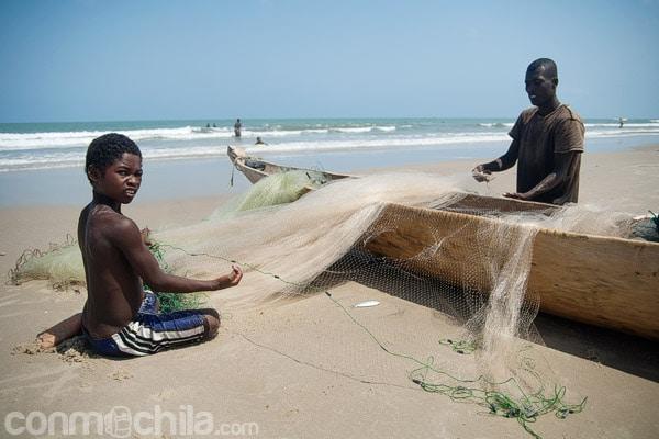 Pescador y su hijo con una red de pesca